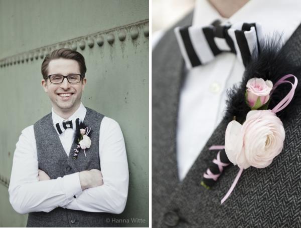 Bräutigam im Vintage Anzug, passenden Accessoires und einer Boutonniere aus Ranunkel und Federn