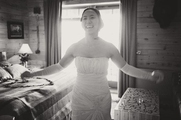 Braut präsentiert ihr Brautkleid