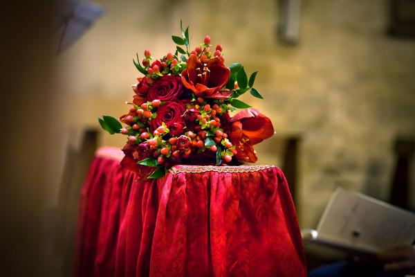 Amarylis und Hypericum vereinen sich zu einem weihnachtlichen Brautstrauß.