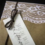 Duftige Einladung aus Kraftpapier und Spitze
