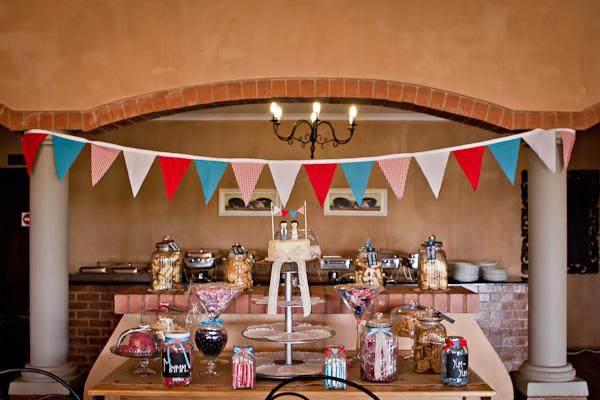 Dessertbuffet einer DIY Hochzeit in Südafrika by iz-photography