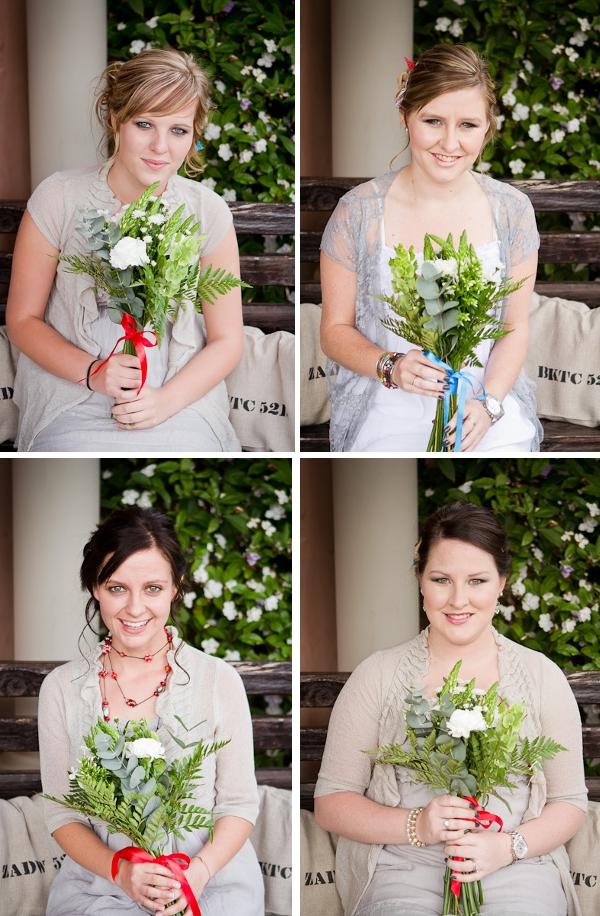 Trauzeuginnen mit losen Sträußen bei einer DIY Hochzeit in Südafrika  by iz-photography