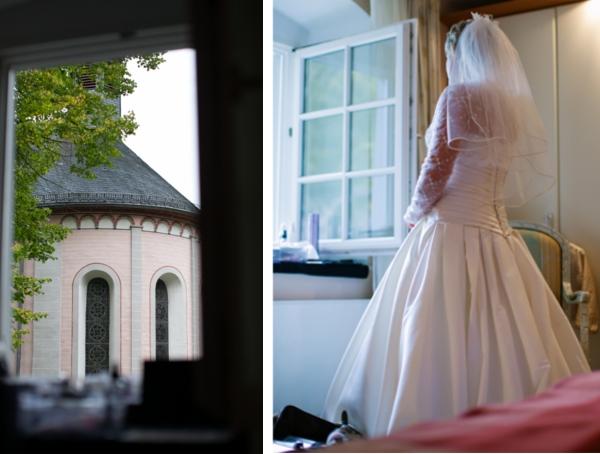 Braut blickt aus dem Fenster zur Kirche, Hochzeit gestaltet von Irina Thiessen und Katharina Sparwasser