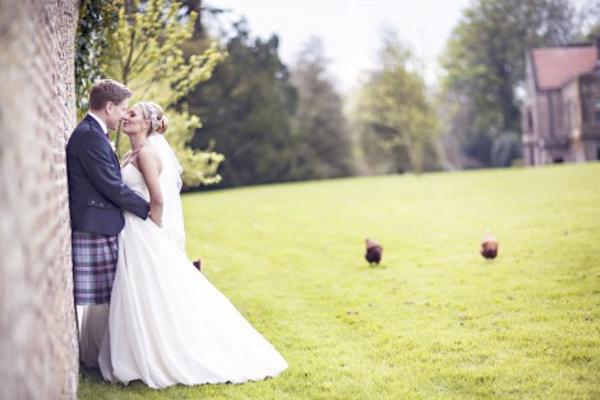 Brautpaar englische Landhochzeit mit Hortensien