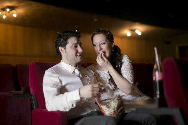 Brautpaar im Kino mit Popcorn