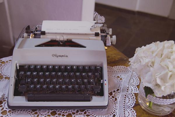 Schreibmaschine als Gästebuch bei einer liebevolle DIY Hochzeit im Vintage Stil im Sauerland von Gasoline Photography