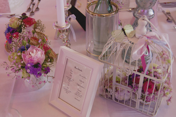 Tischdekoration bei einer liebevolle DIY Hochzeit im Vintage Stil im Sauerland von Gasoline Photography