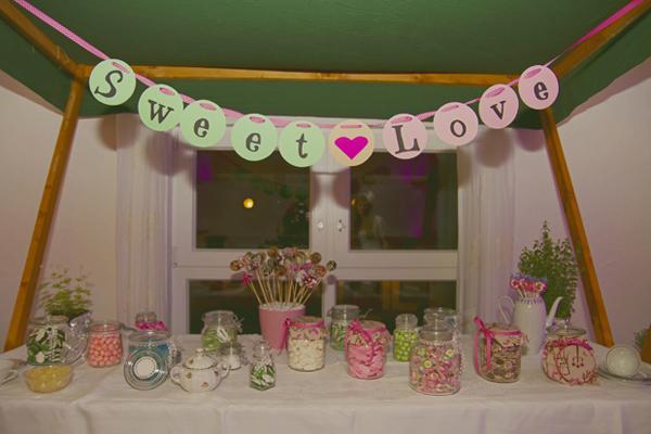 Sweet Table auf einer liebevollen DIY Vintage Hochzeit im Sauerland von Gasoline Photography