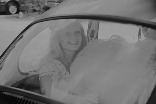 VW Käfer bei einer DIY Hochzeit im Vintage Stil im Sauerland von Gasoline Photography