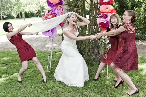 Frida + Steve Hochzeit in Düsseldorf: Faxen mit den Trauzeuginnnen