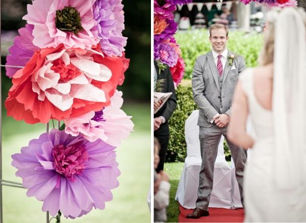 Frieda + Steve Hochzeit in Duesseldorf: Trauung unterm Papierblumenbogen