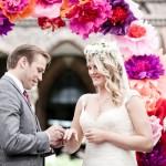 Frida & Steve – DIY-Hochzeit unterm Papierblütenbogen