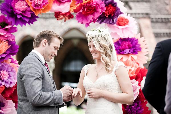 Frieda + Steve: DIY-Hochzeit in Duesseldorf | Ringtausch unterm DIY Papierblumen Bogen | Fotos: Violeta Pelivan