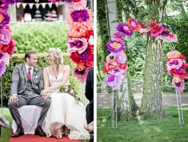 Frieda + Steve: DIY-Hochzeit in Duesseldorf | Papierblumen Bogen für die Trauung| Fotos: Violeta Pelivan