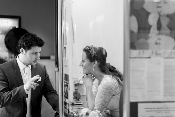 Ziad+Cathy Hochzeit im Kino Brautpaar an der Kinokasse