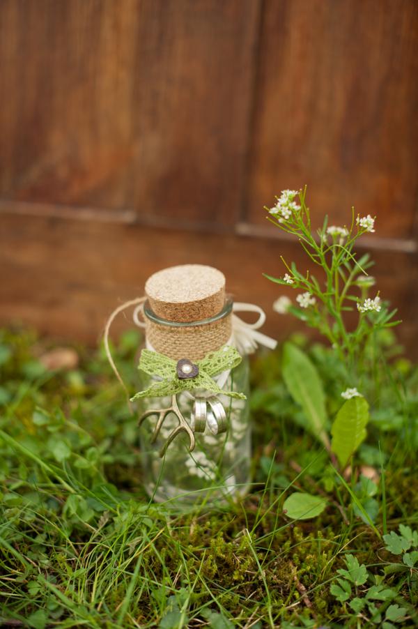 Frühling in Bayern: Eheringe an Glasfläschchen. Foto: Schokolinse