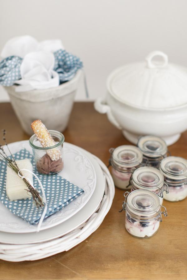 Sommerliche Tischdeko mit Dessert Vanillecreme in Bügelgläsern. Foto: Daniela Reske