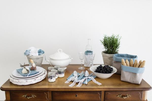 Sommerliche Tischdeko in bleu. Foto: Daniela Reske