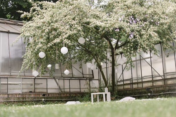 Gartenhochzeit in weiß: Picknick im Garten der Kölner Orangerie Foto: Le Hai Linh