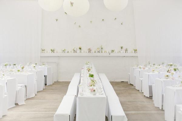 Gartenhochzeit in weiß: Der dekorierte Saal der Orangerie in Köln
