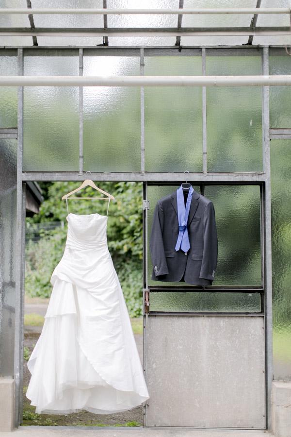 Gartenhochzeit in weiß: Brautkleid vor dem Ankleiden. Foto: Hanna Witte