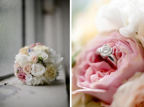Gartenhochzeit in weiß: Brautstrauß mit Ehering im Gewächshaus der Orangerie. Foto: Hanna Witte
