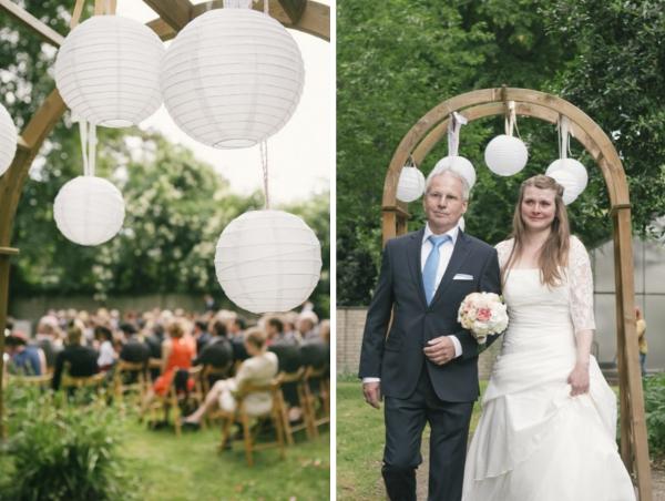 Gartenhochzeit in weiß: Braut auf dem Weg zum Altar. Foto: Hanna Witte