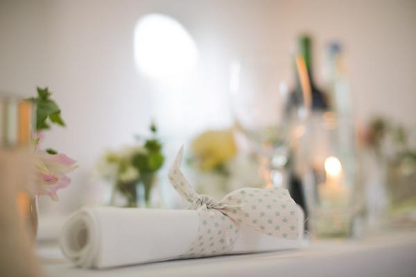 Gartenhochzeit in weiß: Tischdekoration mit Stoffstreifen in der Orangerie in Köln