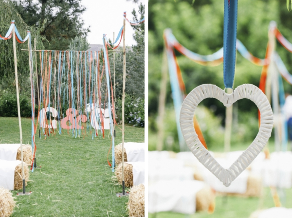 destination wedding in suedafrika: getraut wurde das Paar draußen. Die Gäste saßen auf Heuballen