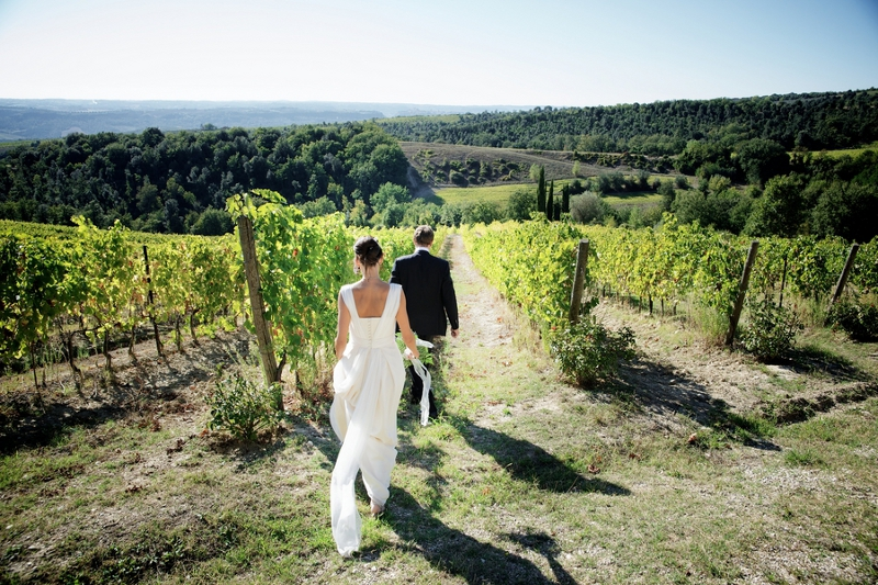 Verrückt nach Hochzeit: Hochzeit  in Italien: Spaziergang im Weinberg (Foto: Rossini Photography)