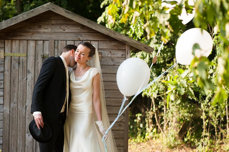 Hochzeit aus dem wahren Leben auf Verrückt nach Hochzeit: DIY Hochzeit in Hamburg von Kathrin Stahl - Braut mit Ballons
