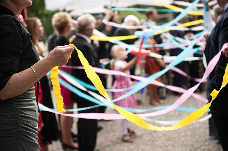 Hochzeit aus dem wahren Leben auf Verrückt nach Hochzeit: DIY Hochzeit in Hamburg von Kathrin Stahl - Empfang mit bunten Bändern nach der Kirche