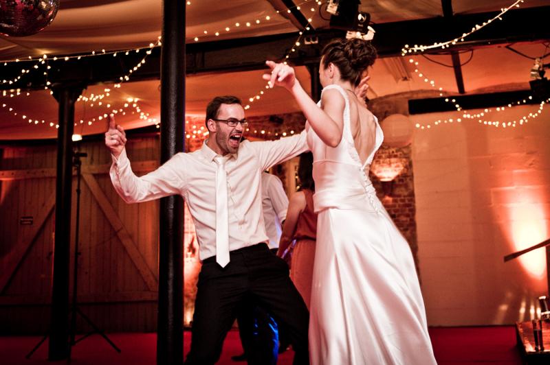 Hochzeit aus dem wahren Leben auf Verrückt nach Hochzeit: DIY Hochzeit in Hamburg von Kathrin Stahl - das Brautpaar tanzt