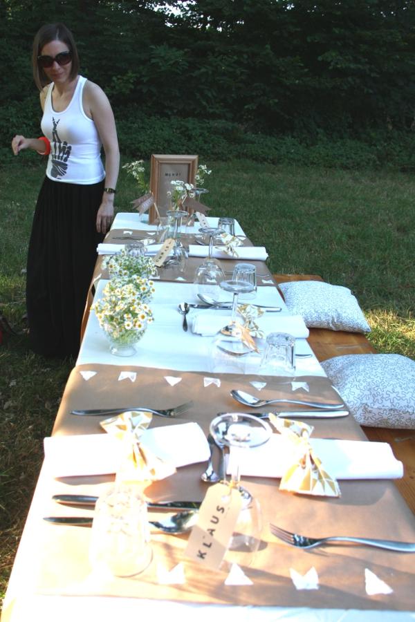 Verruecktnachhochzeit Pop up Dinner: Nicola beim Tischdecken