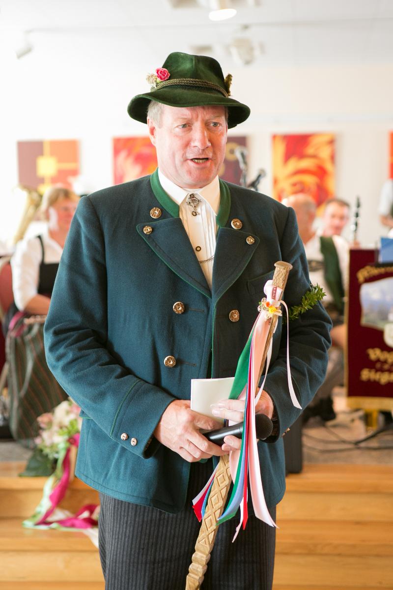 Der Hochzeitslader führt mit strenger Hand durch den Ablauf der bayerischen Hochzeit.