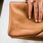 Adventskalender der Deutschen Hochzeitsblogs  – eine glänzende Tasche für die Braut