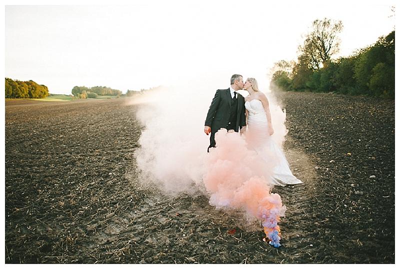 After-Wedding-Shooting mit Rauchbomben von Kristina Assenova // Verrueckt nach Hochzeit