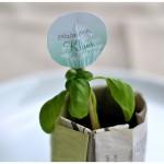 DIY: Tischkarten selber machen aus frischen Pflänzchen und Papier
