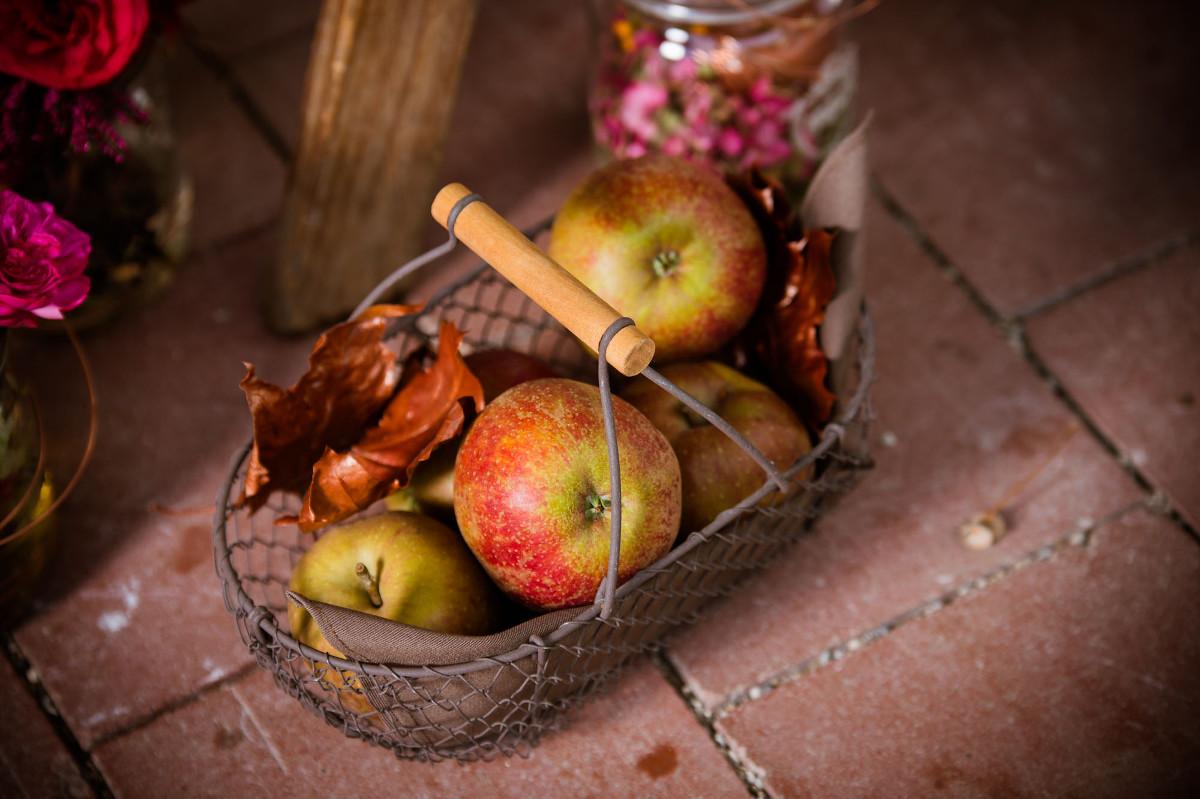 Apfelkompott mit Thymian - selbatgemachte Gastgeschenke | Verrueckt nach Hochzeit | Foto: Schelke Fotogafie