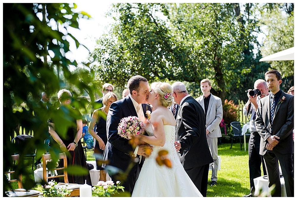 rebeccaconte-656_echte Hochzeit_Vintage_Sommer_rosa_Mühle_Tübingen